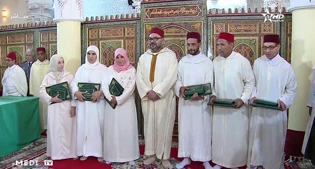 Amir Al-Mouminine, remet le Prix Mohammed VI aux majors du Programme national de lutte contre l'analphabétisme dans les mosquées au titre de l