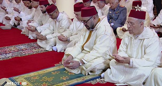 Le Roi, Amir Al-Mouminine, accomplit la prière du vendredi à la Mosquée Lalla Amina à Essaouira