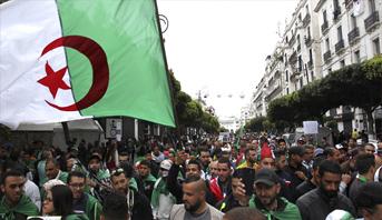آلاف الطلاب يتظاهرون مجددا بالجزائر في أول أيام شهر رمضان