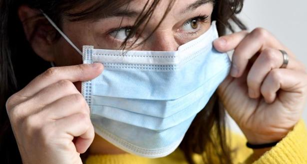 L'OMS recommande le port des masques pour les personnes vaccinées dans les régions à forte transmission