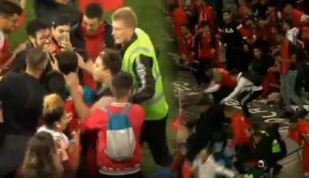 الجمهور المغربي يقتحم الملعب وهروب الحكام وبعض اللاعبين