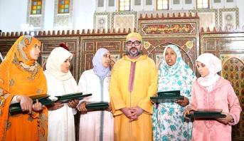أمير المؤمنين يسلم جائزة محمد السادس للمتفوقات في برنامج محاربة الأمية بالمساجد برسم الموسم الدراسي 2017-2018