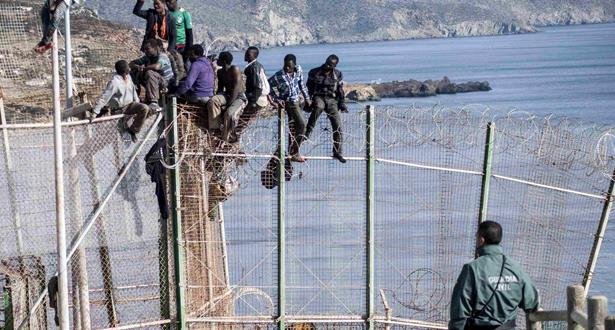 Des migrants clandestins subsahariens prennent d'assaut la clôture de Melilla