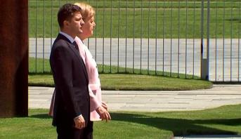 """فيديو ..ميركل تصاب بحالة ارتجاف """"شديد"""" خلال استقبالها الرئيس الأوكراني"""