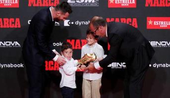 """فيديو...ميسي يتسلم """"الحذاء الذهبي"""" من يدي ابنيه"""