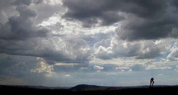 توقعات طقس الجمعة .. قطرات ذات طابع عاصفي ببعض المناطق