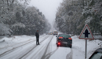 Chutes de neige : un mort et 300.000 foyers privés d'électricité en France