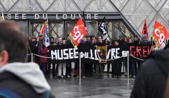 عمال مضربون يتسببون في إغلاق متحف اللوفر في باريس
