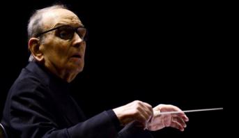 وفاة الموسيقار العالمي الإيطالي إنيو موريكوني عن عمر يناهز 91 عاما