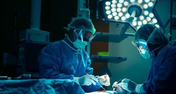 في سابقة من نوعها، زرع ذراعين وكتفين لمريض في مدينة ليون الفرنسية