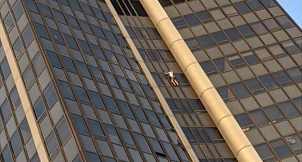 توقيف بولندي بعد تسلقه أعلى مبنى في باريس