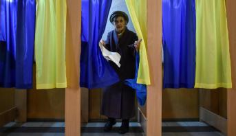 الأوكرانيون يدلون بأصواتهم في انتخابات تشريعية مبكرة وحزب الرئيس الأوفر حظا