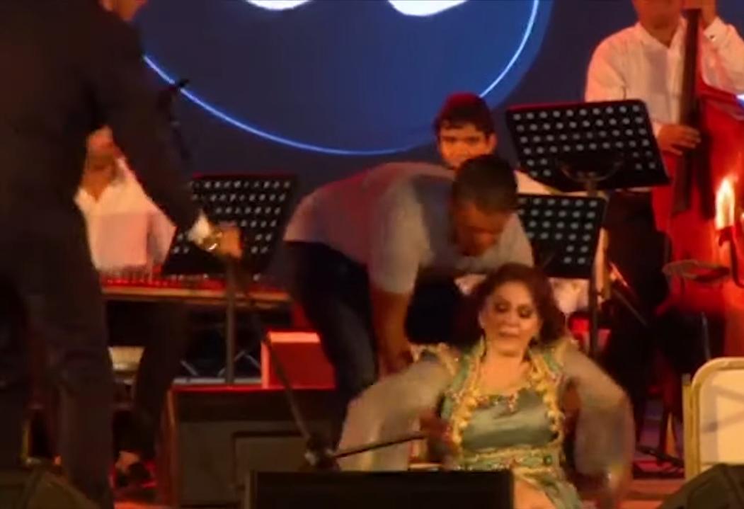فيديو: ميادة الحناوي تفقد توازنها وتسقط على مسرح صفاقس