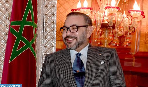 Le Roi Mohammed VI reçoit à Al-Hoceima l'Inspecteur Général des FAR qui a remis au Souverain un livre sur l'action royale de modernisation de cette va