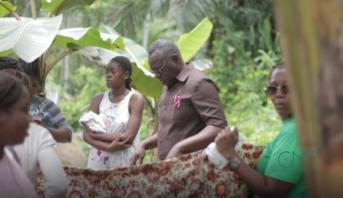 وزير الصحة الغابوني يرتدي وزرته لتوليد سيدة باغتها المخاض في حافلة للنقل العمومي