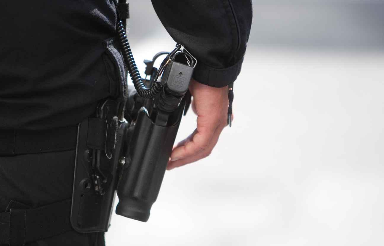 مقدم شرطة يضطر لإشهار سلاحه الوظيفي دون استخدامه لتوقيف شخص بفاس