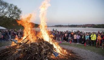 طن من الأزبال لمنع السويديين من الاحتفال في المتنزهات