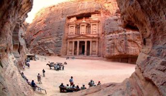 الحكومة الأردنية تحاول إنعاش قطاع السياحة المنكوب والمهنيون ينتقدون الإجراءات المتخذة