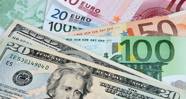 الدولار يرتفع مقابل تراجع الأورو