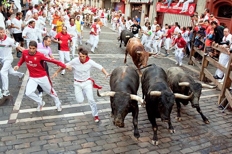 مهرجان سان فرمين للثيران في إسبانيا يواجه احتمال الإلغاء