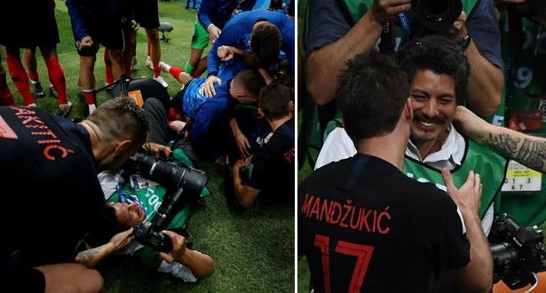 """لاعبو كرواتيا يُقحمون مصورا في احتفالاتهم """"المجنونة"""""""