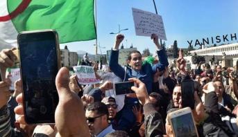 فيديو .. شرطي ينضم إلى المتظاهرين يخلق الحدث في مظاهرات الجزائر