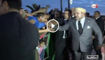 Vidéo: Le Roi Mohammed VI salue la population de Laâyoune venue nombreuse lui souhaiter la bienvenue