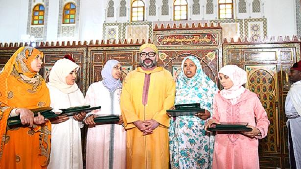 Amir Al-Mouminine remet le Prix Mohammed VI aux majors du programme national de lutte contre l'analphabétisme dans les mosquées