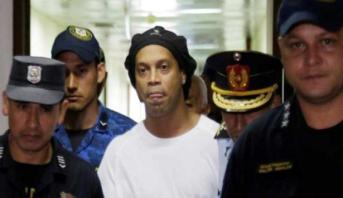 بعد دخوله للباراغواي بجواز سفر مزور .. محامو رونالدينيو يسعون للافراج عنه