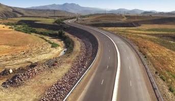 الطريق السريع تزنيت - العيون على مستوى كلميم واد نون ...الأشغال تسير بشكل مطرد