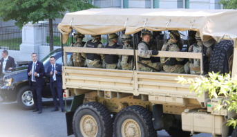 """قضية مقتل جورج فلويد: ترامب يعلن نشر """"آلاف الجنود المدججين بالأسلحة"""" في واشنطن"""