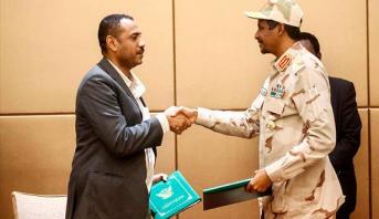السودان.. المجلس العسكري الحاكم وقادة الاحتجاج يوقعون على الإعلان الدستوري