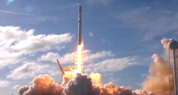 """صاروخ """"سبايس اكس"""" يرسل عددا قياسيا من الأقمار الاصطناعية إلى الفضاء"""