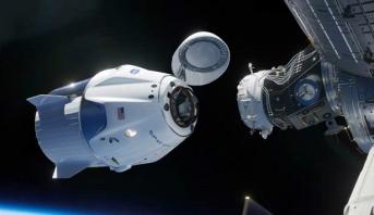 """المركبة الفضائية """"كرو دراغون"""" تلتحم بمحطة الفضاء الدولية"""