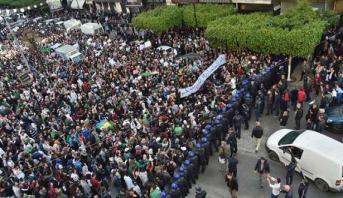 آلاف الطلاب يتظاهرون والشرطة تمنعهم وسط العاصمة الجزائرية