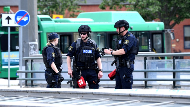القبض على شخص هدد بتفجير قنبلة في محطة بالسويد