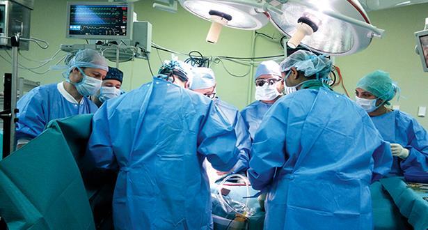 """فريق طبي مغربي ينجح في إجراء عملية جراحية """"معقدة"""" بفاس"""