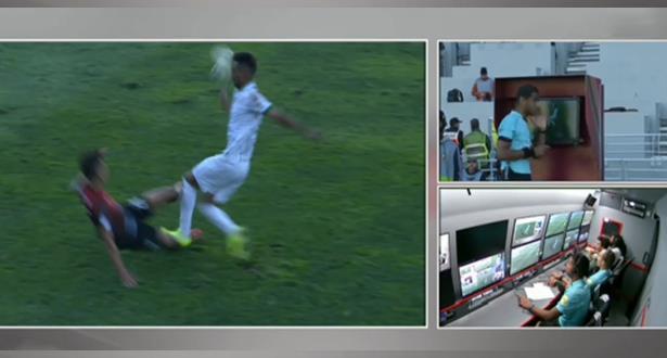 """أول لاعب يطرد ببطاقة حمراء بإستعمال """"الفار"""" في المغرب"""