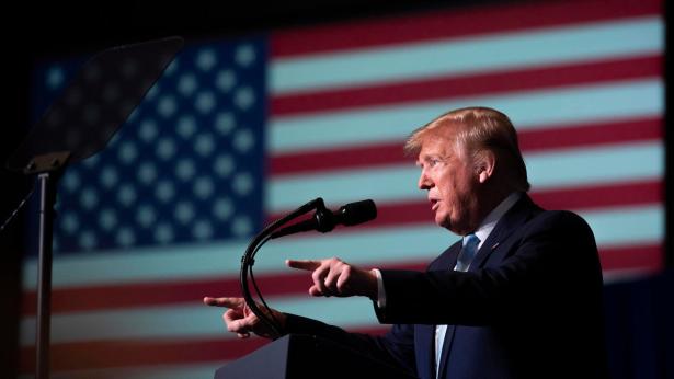 """ترامب سيضيف """"بضع دول"""" إلى لائحة حظر السفر إلى أمريكا"""