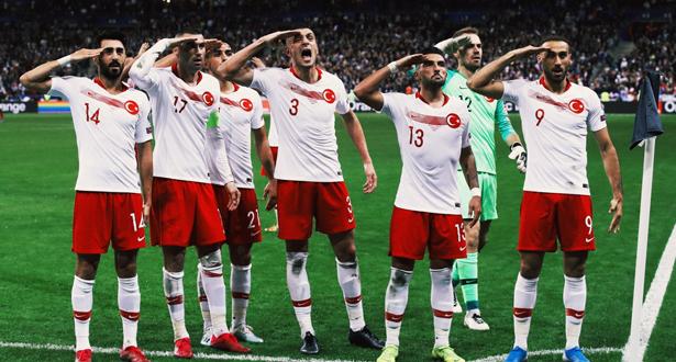 تصفيات كأس أوروبا 2020: لاعبو تركيا يحتفلون بالقاء التحية العسكرية