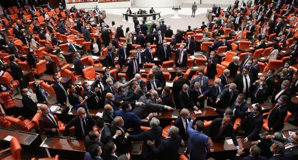 التوتر يسود البرلمان التركي إثر اعتقال 3 نواب من المعارضة بتهم تتعلق بالإرهاب