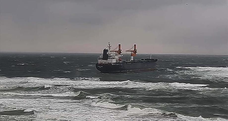 سفينة شحن تجنح قبالة سواحل إسطنبول
