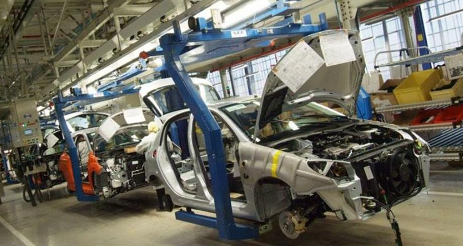 """بسبب نقص في المكونات الإلكترونية.. """"رونو"""" تعدل إنتاجها في مصنع طنجة"""