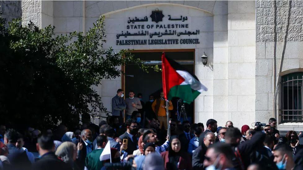 محامون فلسطينيون يحتجون ضد قرارات رئاسية يعتبرونها مسا باستقلالية القضاء