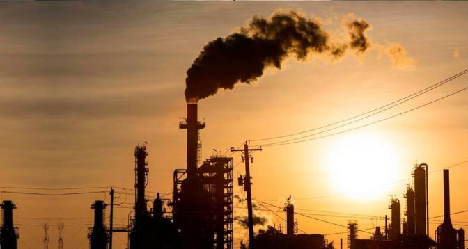 تقرير: الدول النفطية قد تخسر 13 تريليون دولار بحلول 2040 بسبب التحول العالمي إلى الطاقات المتجددة