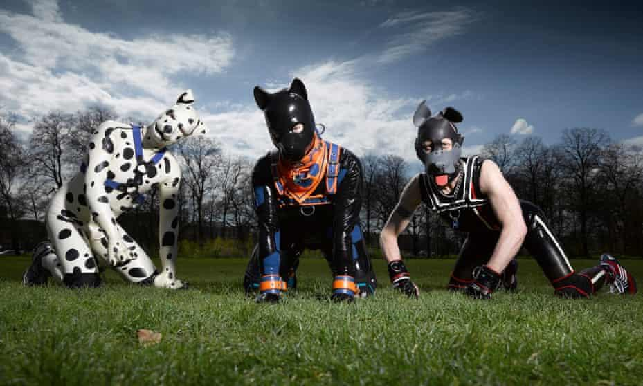 قصة الكلاب البشرية التي تغزو أوروبا