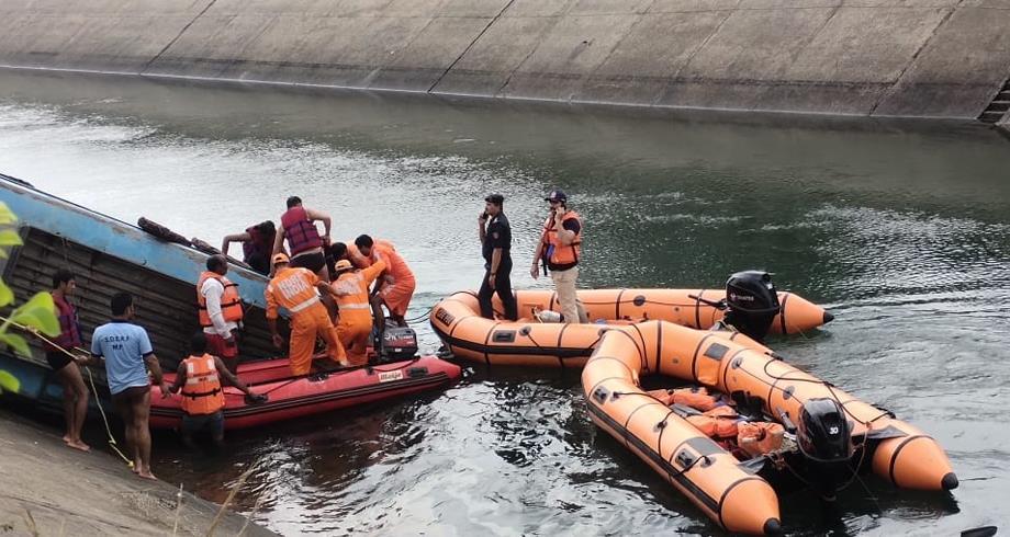 مقتل 37 شخصا على الأقل في حادث غرق حافلة بالهند