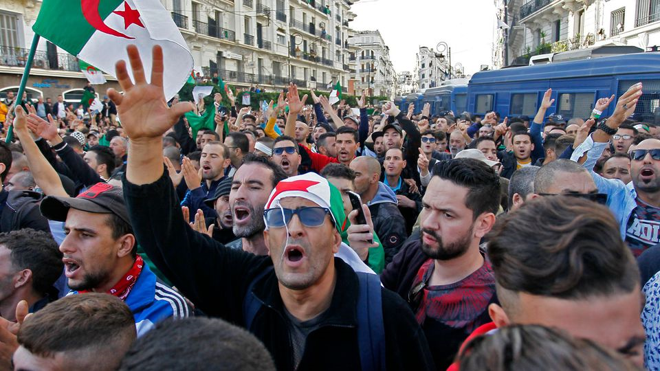 Algérie: Amnesty International dénonce les méthodes répressives qui ciblent les militants du Hirak depuis deux ans