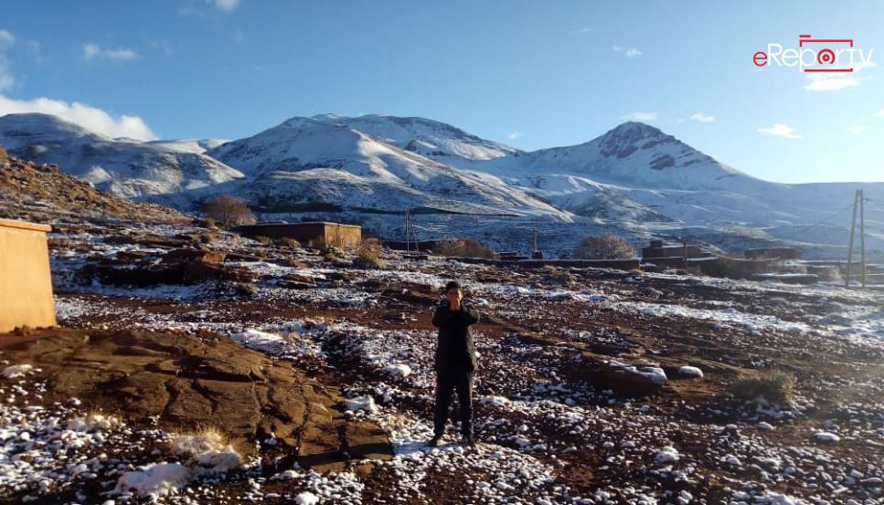 الثلوج تكسو مرتفعات إقليم ورزازات ( بالقرب من جبل أكليم )