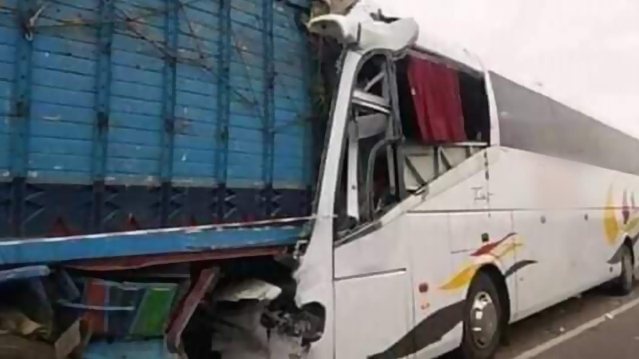 وفاة شخص وإصابة 35 آخرين في اصطدام بين حافلة لنقل المسافرين وشاحنة بالطريق السيار مراكش-الدار البيضاء